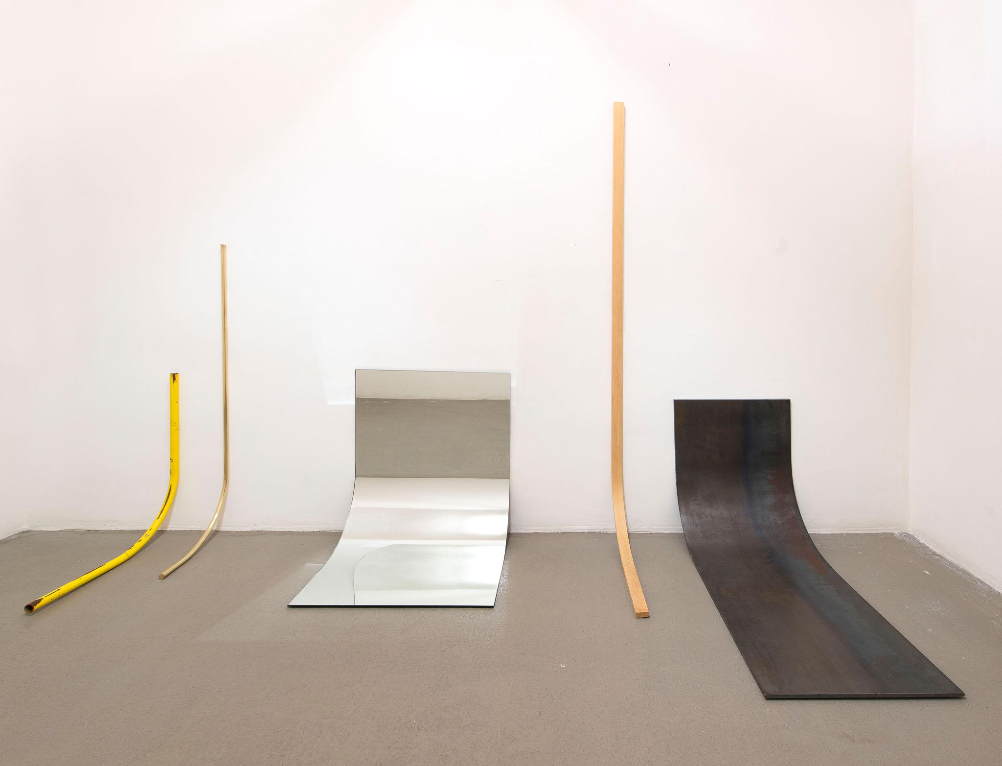 Alicja Kwade Andere Bedingung (Aggregatzustand), 2009; legno, specchio, metallo, ottone, asta d'acciaio; foto Giorgio Benni