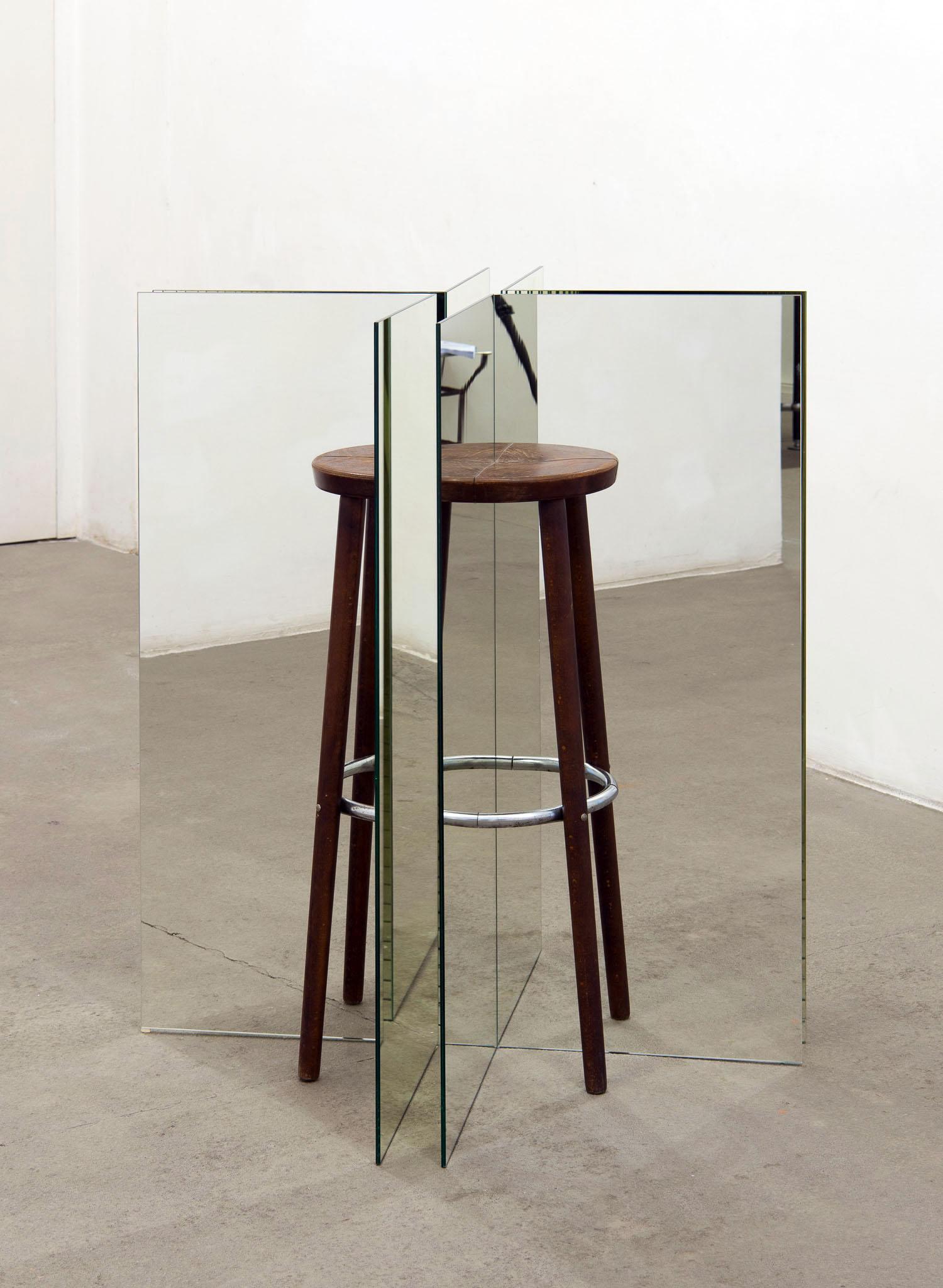 MATERIA, PER ORA Totum pro parte (Ein Hocker ist ein Bild), 2017; sgabelli usati, specchio, vetro; foto Giorgio Benni