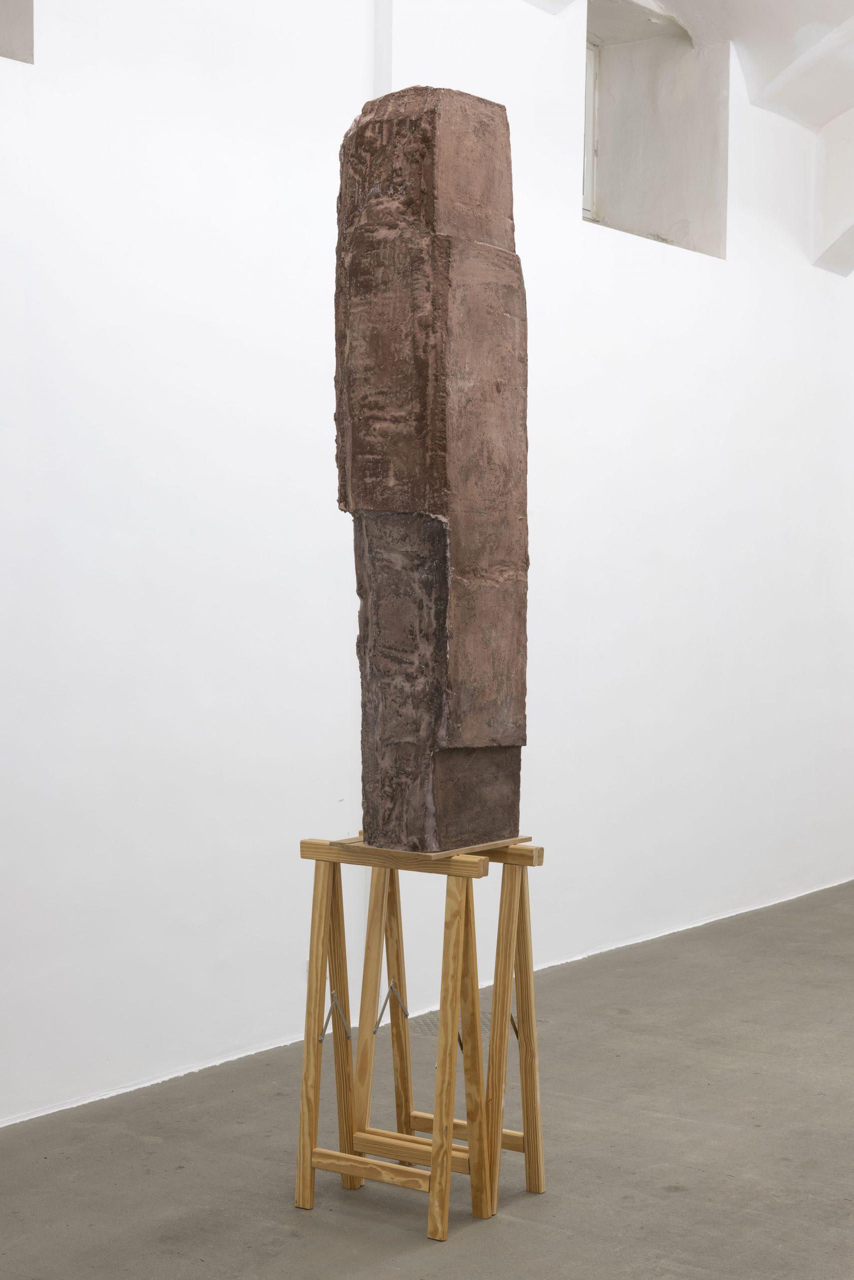Esther Kläs High (Brown), 2017, aqua resin, pigment, wool; Courtesy Kadel Willborn, Düsseldorf; photo Giorgio Benni