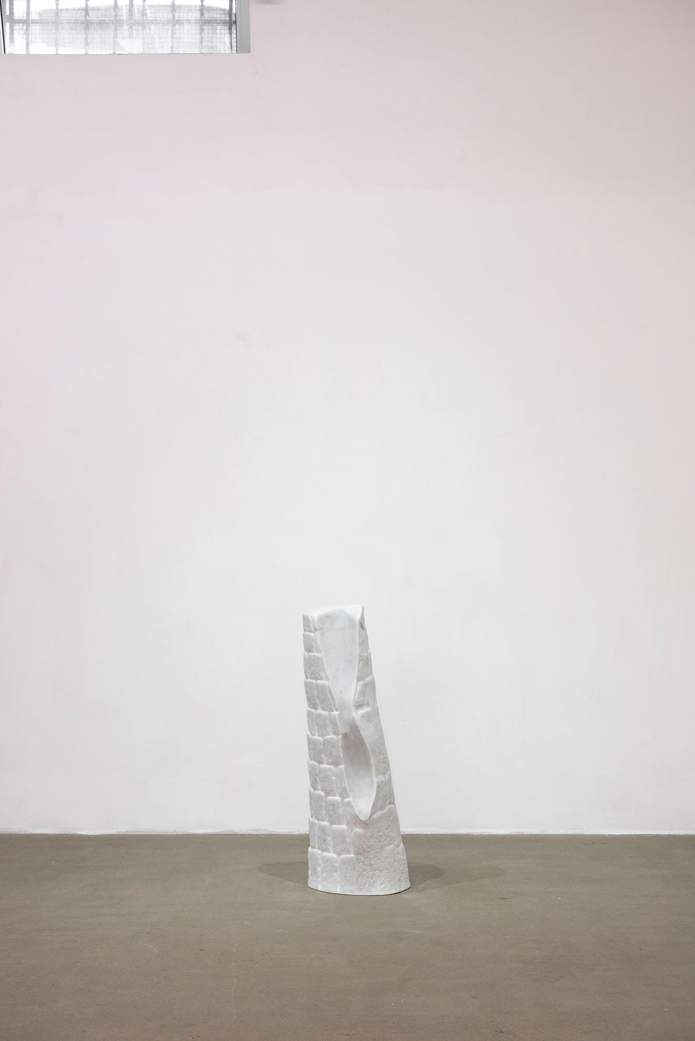 Alicja Kwade SUPPORT (Atleta), 2018; marmo di Carrara; foto Giorgio Benni