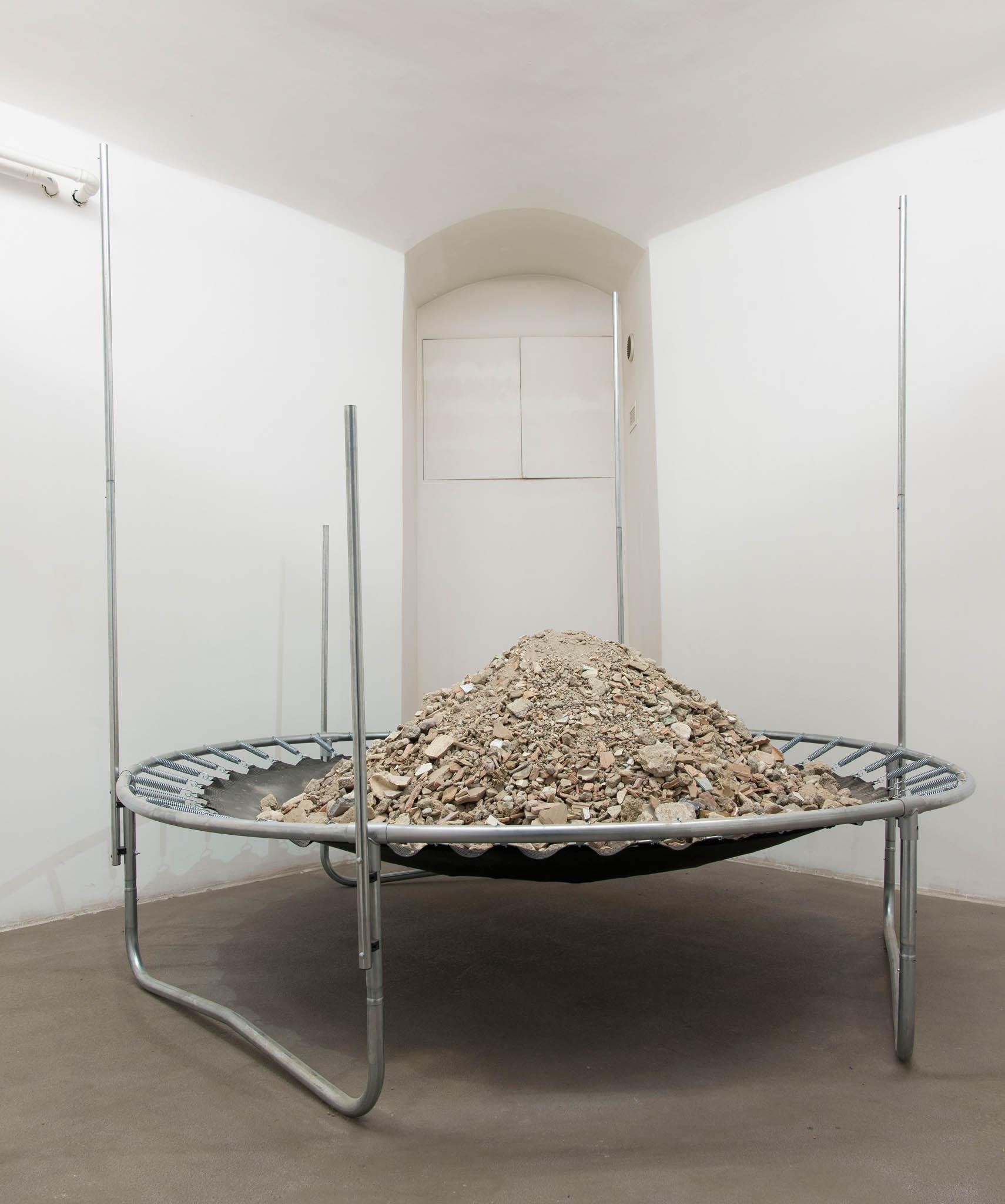 4. Mircea Cantor Haiku Under Tension, 2017; trampolino, macerie; foto Giorgio Benni