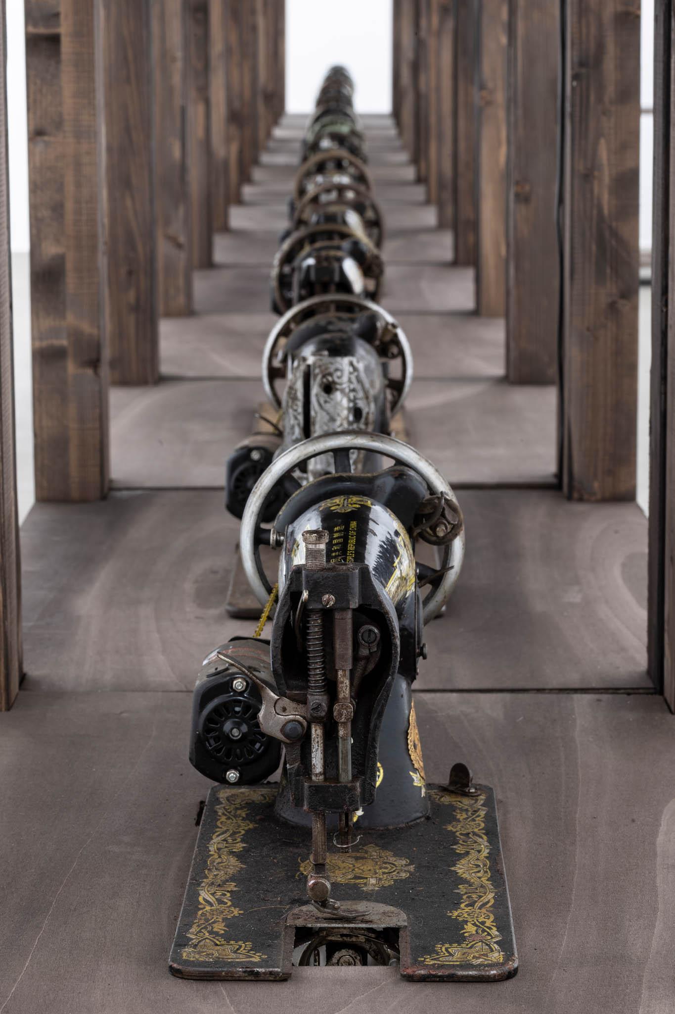 Ibrahim Mahama Capital Corpses I, 2014 – 2019, dettaglio; macchine da cucire con motore elettrico e legno; foto Giorgio Benni