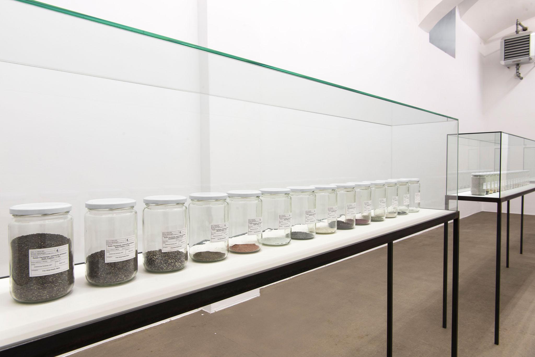 MATERIA, PER ORA Radio (Alicja R-603), 2014; plastica 367.5 g, ferro 325.7 g, ottone 29.4 g, resina fenolica 28.5 g, rame 26.5 g, alluminio 20.9 g, zinco 14.5 g, silicone 12.4 g, stagno 10.8 g, magnete 9.5 g, ceramica 0.6 g, vetro 0.2 g, 17 barattoli, vetrine; foto Giorgio Benni