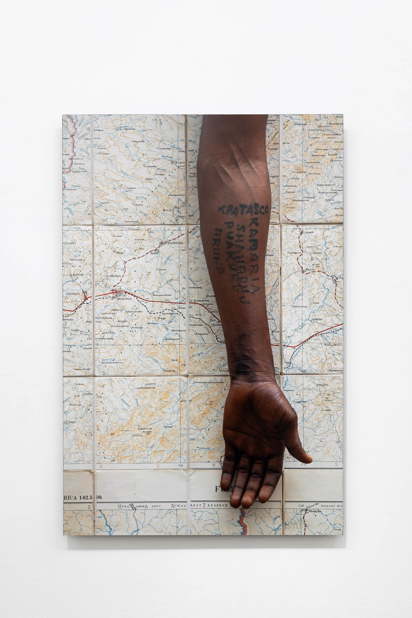 Ibrahim Mahama Samaria Fumbi, 2019; C-print, 70 x 50 cm; foto Giorgio Benni